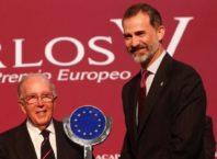 Aquí el Rei lliurant el Premi Europeu Carles V a Marcelino Oreja, tota una distinció al europeisme a algú que va treballar 25 anys en una dictadura autocràtica ...